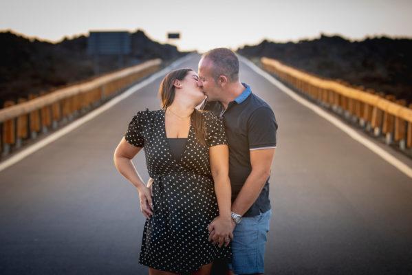 Fotografía de pareja romántica en hotel
